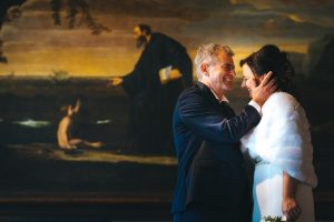 Sposi felici che rivivono le loro emozioni