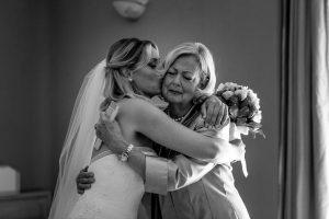 Attimi eterni: il bacio tra sposa e mamma