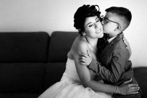 Un bacio tra la sposa e il suo ometto, il figlio